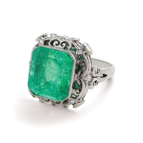 Piękny złoty pierścionek wykonany z białego złota z pokaźnym szmaragdem.  Biżuteria Domu Jubilerskiego A&A