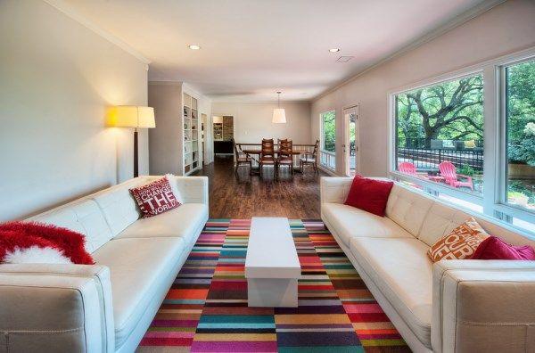 salon contemporain avec tapis multicolore par FLOR