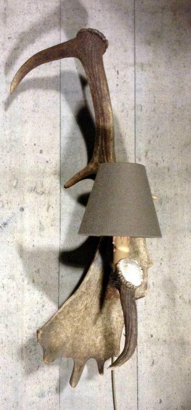 Wandlamp gemaakt van damhert afwerpstang - Geweilamp, kroonluchter van gewei. Lamp van hertengewei. - Lampen, kroonluchter van gewei. - De Jong Interieur