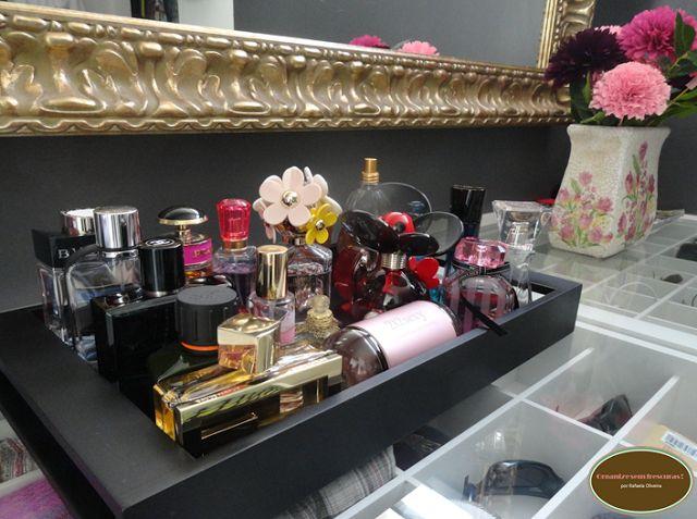 Os perfumes ficam em uma bandeja em cima da bancada!