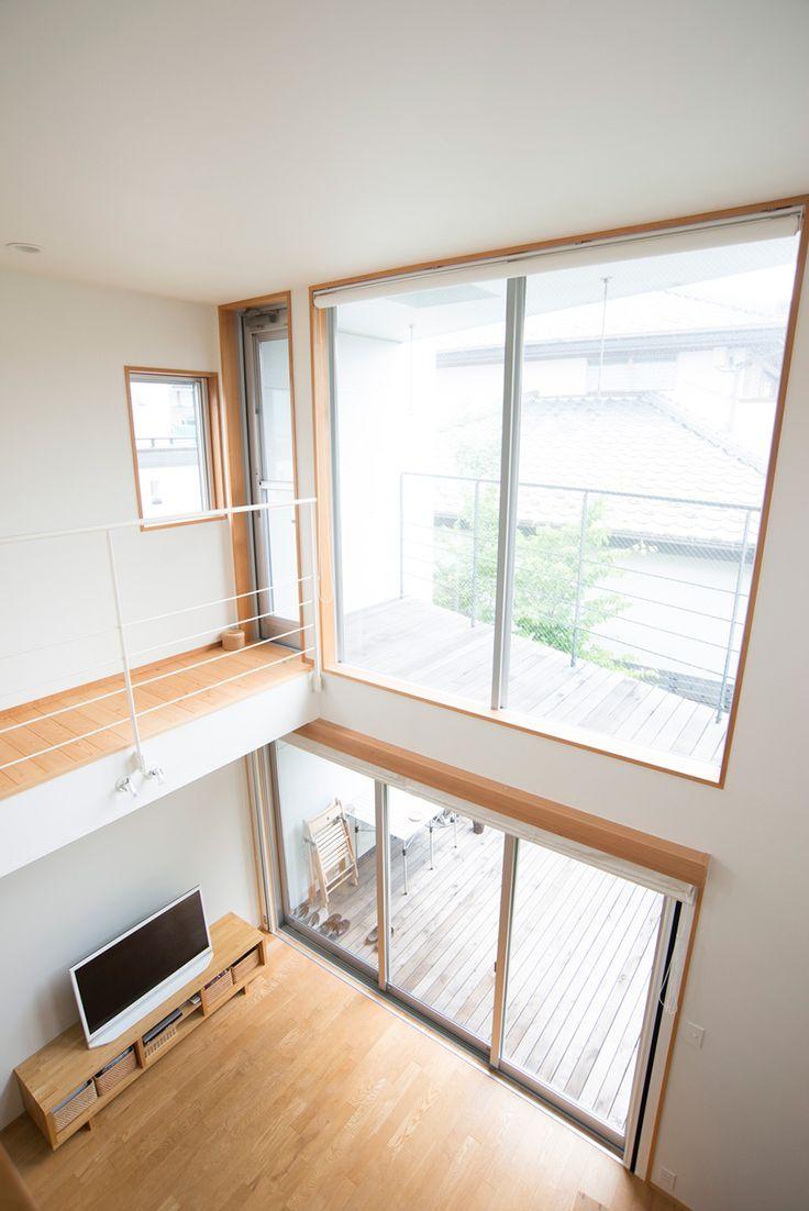 2階まで吹き抜けにした大空間。無駄なスペースが明るさと解放感を生む。