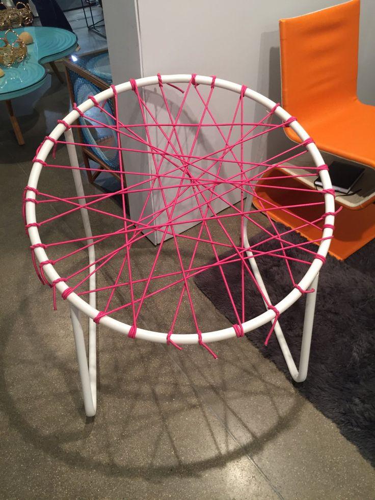 Da Vasto, a cadeira Puçá, de estrutura metálica com cordas elásticas, mede aproximadamente 80 cm de altura e custa 970 reais