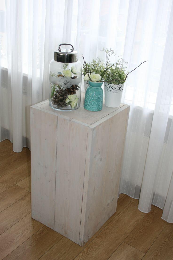 Sokkel / pilaar van nieuw steigerhout. Kan ook als ondertafel voor bloemen of planten gebruikt worden. Kan zowel in de tuin als binnen geplaatst worden.