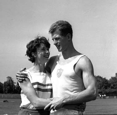 English runner Ann Packer decided not to participate in athletics women's 800m at the Olympics Tokyo, 1964. It is a form of disappointment for the women's 400 meters, he only managed to get a silver medal. But because it was persuaded by her lover Robert Brightwell, Ann finally participate in the rarely run 800 meters, and won the gold.