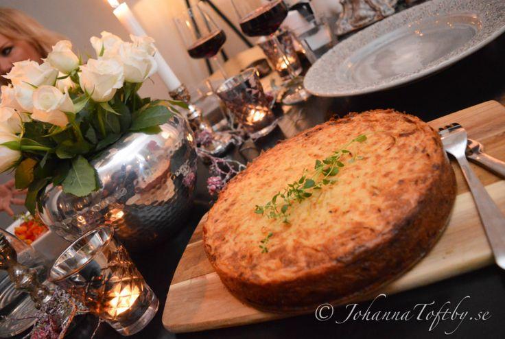 Baconlindad kycklingfilé med rosmarinsås och potatistårta  - Johanna Toftby