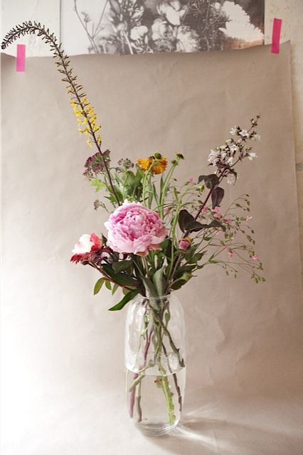 Vlinder&Vogel is a design studio, working with flowers and natural materials as main inspiration. Vlinder & Vogel also makes work in commission and on location. The flowers are seasonal, fresh and local.
