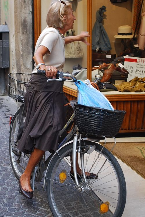 Everyday clothing, neighborhood errands by #bicycle. Timeless. This lady is the epitome of darling and elegant! I love this image! I want to be this cute at her age.