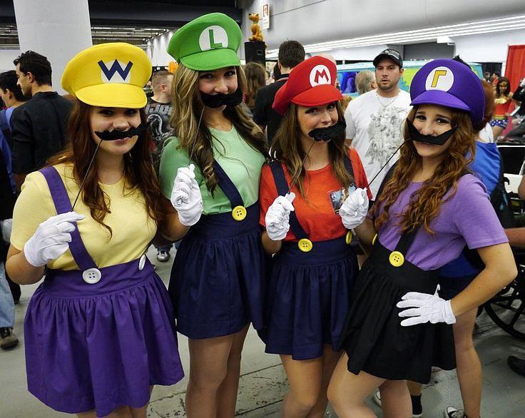 Super Mario Ladies at Montreal Comic Con 2012 - carnaval kostuum idee - voor meer ideeen check www.gratisweetjes.nl