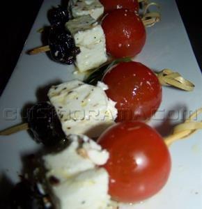 Brochettes de tomates cerises à la feta et aux olives