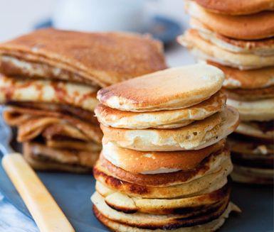 Amerikanska pannkakor är tjocka plättar som tillagas på mindre än en halvtimme. Pudra pannkakorna med florsocker och toppa med kolakräm, kanelkeso eller något annat smarrigt.