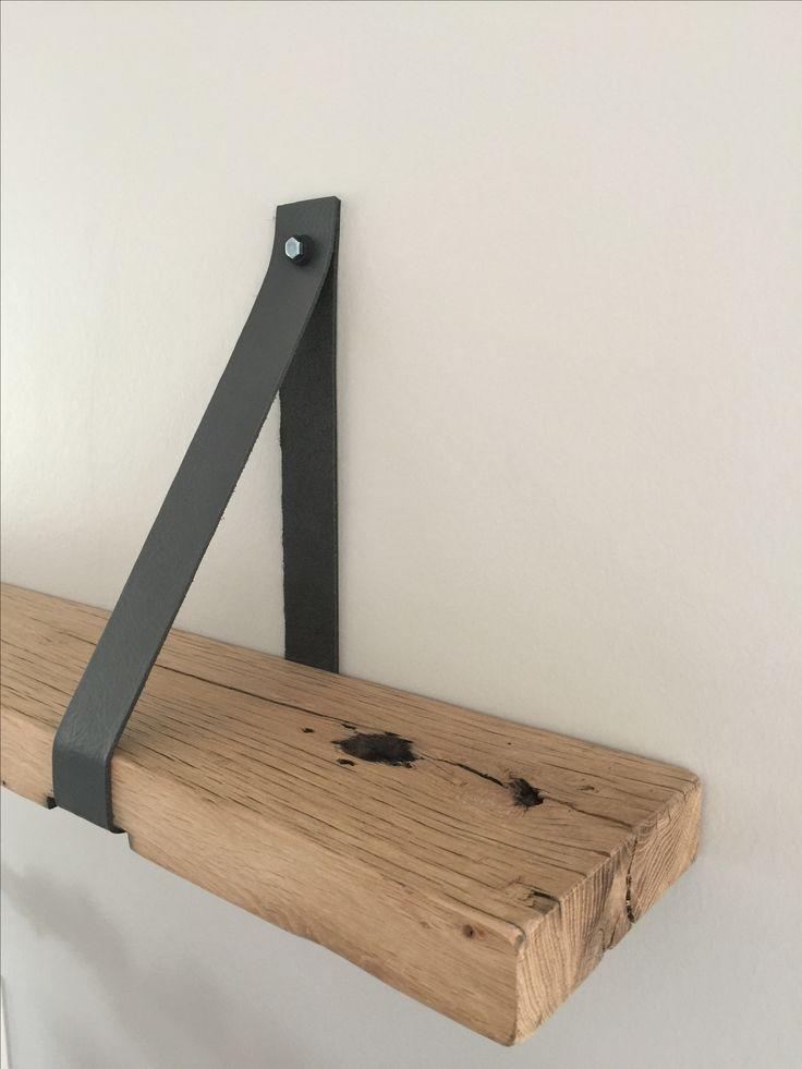 Wandplank, boekenplank, leren plankdragers, wagonplanken, eiken, wandplank eiken met leren riem. Www.melkainterieurbouw.nl