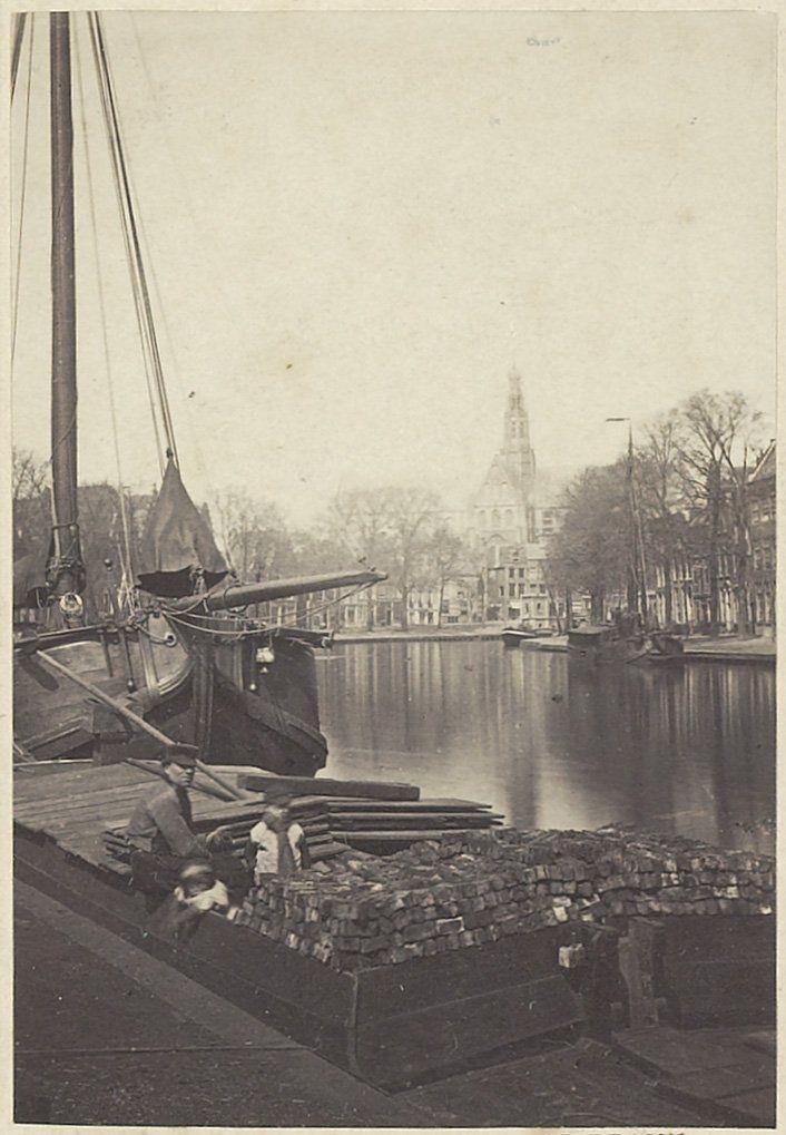 Turfschipper met zijn lading turf aan het Spaarne. Later werd aan de Turfmarkt de groentemarkt gehouden. Foto 1870 Fotograaf: Adolphe Braun