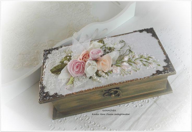 esküvői pénzátadó doboz púder rózsaszín rózsacsokorral.