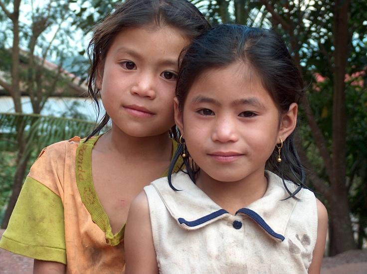 Deux jeunes filles du village de Hin Boun, où j'ai passé une nuit sur un balcon, avec les poules et les chiens, au Laos.
