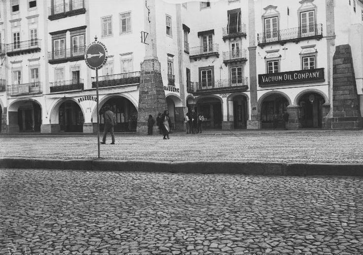 Fachadas da Praça do Giraldo, vendo-se a pastelaria Brasserie e a Wacuum Oil Company.  Data: 1940 - 1950