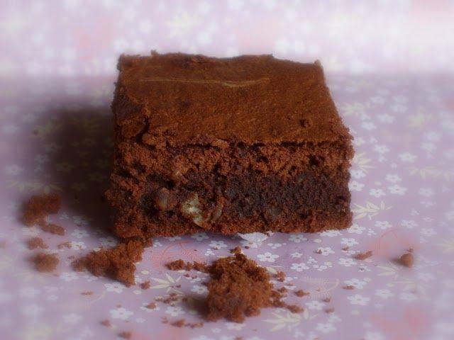Un brownie crujiente por fuera y que se deshace por dentro. Irresistible. BROWNIE CON NUECES DE MACADAMIA Ingredientes: 3 huevos El ...