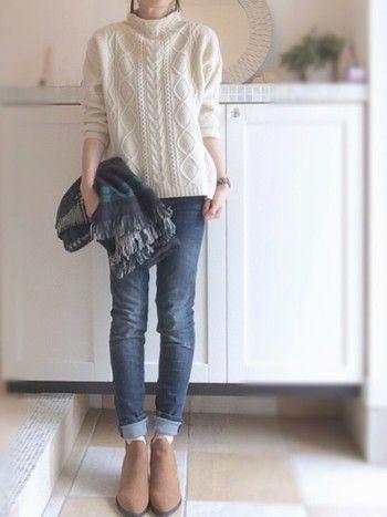 アラン模様のセーターは、ジーンズに合わせたシンプルなコーディネートが一番似合います。