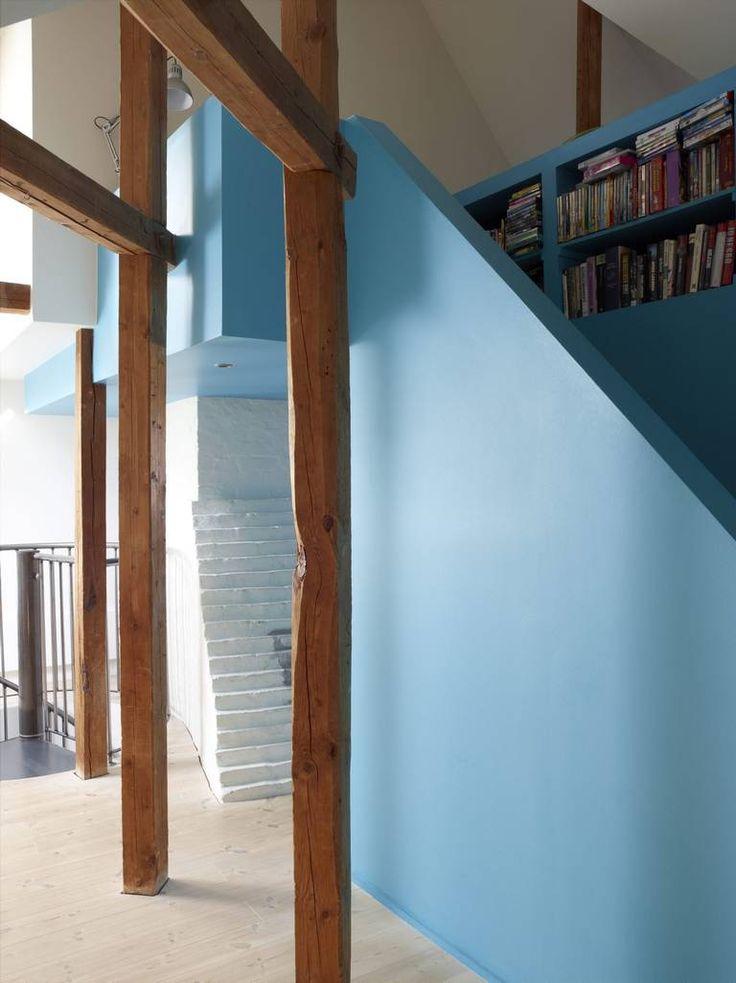 HIMMELBLÅTT: Den blå boksen har sivilarkitektEspen Surnevik tegnet inn mellom og rundt bærendekonstruksjoner. Videre inn leder til de voksnessovedel og til verandaen.