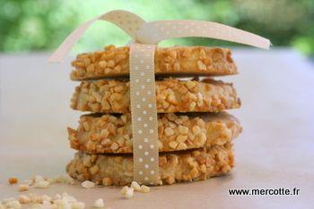 Biscotti con crema di formaggio e mandorle tritate