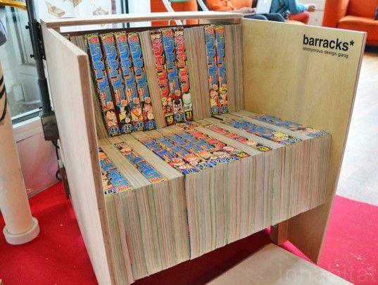 Uma cadeira feita de madeira reciclada e mangás antigos