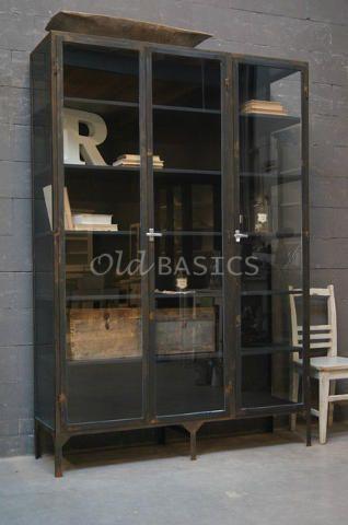 Dit industriële meubel is geheel van glas en ijzer. Dit meubel is handgemaakt en -geschilderd.
