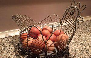 Skal du opbevare æg i køleskabet eller på køkkenbordet?