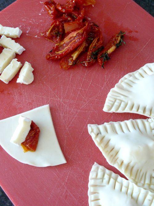 Una receta fácil... facilísima! Y muy rica!  Aprovechando los tomates confitados , preparé unas empanaditas muy sofisticadas, que no requier...