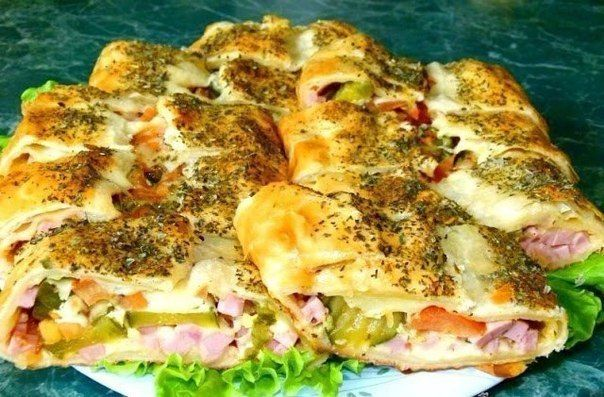 Голландский рулет  Ингредиенты: -упаковка слоёного теста -ветчина -помидор -маринованные огурцы -сыр -горчица -яйцо -специи -травы: черный молотый перец, орегано, майоран, базилик.  Приготовление: 1. Тесто раскатываем и смазываем горчицей. 2. Сыр трем, помидор, ветчину и огурцы режем мелкими кубиками. 3. Выкладываем начинку полосой посередине теста: сначала сыр, потом все остальное и снова сыр. 4. Посыпаем перцем и совсем немного травами. 5. Сворачиваем рулет и аккуратно перекладываем на…