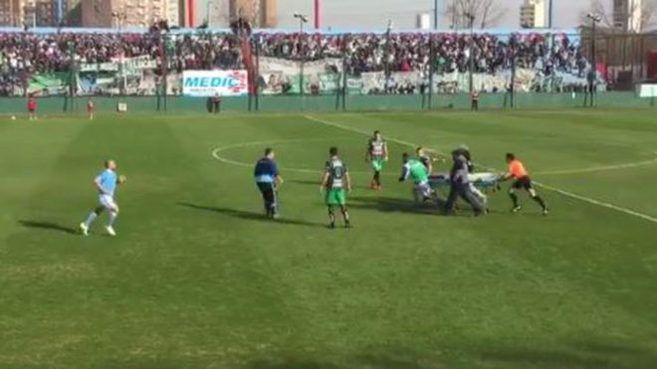 Un árbitro argentino impidió que un choque de cabezas terminara en tragedia | Marca.com http://www.marca.com/futbol/argentina/2017/07/23/5973f795468aeb32328b463a.html