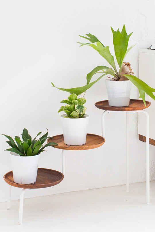 Améliorer un support pour plantes Ikea grâce à des plateaux en bois.
