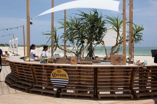 """夏の海、サンセット、音楽を贅沢に満喫。コロナビールが沖縄の""""楽園ビーチ""""にリゾートラウンジをプロデュース 1枚目"""