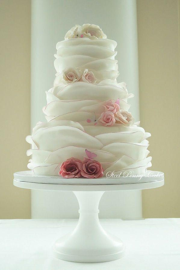 Bolo de três andares com textura e decoração delicada. #casamento #bolos #ideias