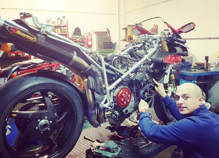 Eso era una Ducati 998R  desmontar es fácil ahora montar no se yo!!!. . . #ducati #ducati998r #moto #mecanico #italia #italianmotorcycle #limitededition #tdt #photo #mechanic #lovebike #desmo #desmodronico #panigale #carbon #racing  #ducatiracing #race #circuito #ducatidesmo #akrapovic #titanium #belt #italy #happy #ingeniero #taller #motorbike #superbike #motogp