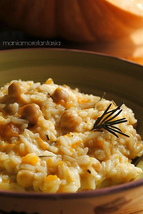 L'aroma del rosmarino si sposa alla perfezione con questo risotto di zucca e ceci. Un primo piatto di stagione buono e profumato. Un vero comfort food.