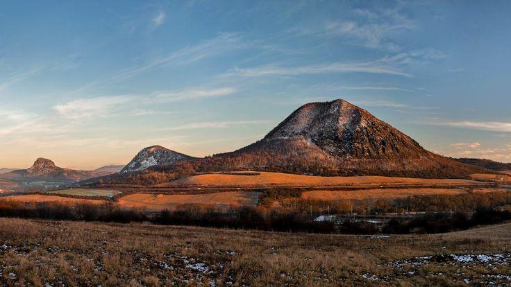 ČESKÉ STŘEDOHOŘÍ Zlatník (522 m)  Znělcový vrch nad obcí České Zlatníky (229 m), které leží 5 km východně od Mostu a 7 km jihozápadně od Bíliny