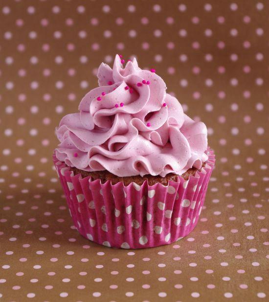 Deux recettes pour le prix d'une : les cupcakes tout framboise et les cupcakes tout myrtille, chacun avec sa crème au beurre meringue suisse.