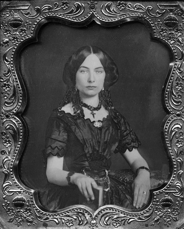 VINTAGE PHOTOGRAPHY: Victorian beauty holding a book