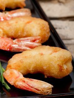 Esta receta de camarones capeados es realmente deliciosa, es similar a la fritura rápida japonesa llamada tempura solo que se hace con harina para hot cakes. Se acompaña con una rica salsa de soya.