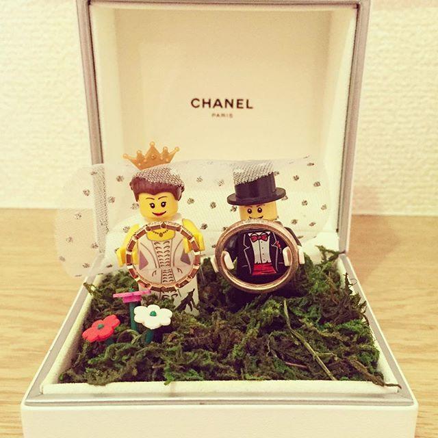 リングピローを作りました ザ・リングピローというのはイメージに合わなくて、考え抜いた挙句、やっぱりプロポーズでもらったこのケースを使いました☺️ 前にプリザーブドフラワーしてたのもあって、家にオアシスやらモスやら諸々あってよかった さて、今から5時間結婚式の打ち合わせ…がんばろ。  #wedding #weddingidea #weddingitem #DIY #ring #marriagering #bride #bridal #LEGO #party #design #ringpillow #chanel #yuzuwedding #結婚式 #結婚準備 #結婚式準備 #レゴ #プレ花嫁 #花嫁準備 #遊び心 #リングピロー #シャネル #指輪 #結婚指輪