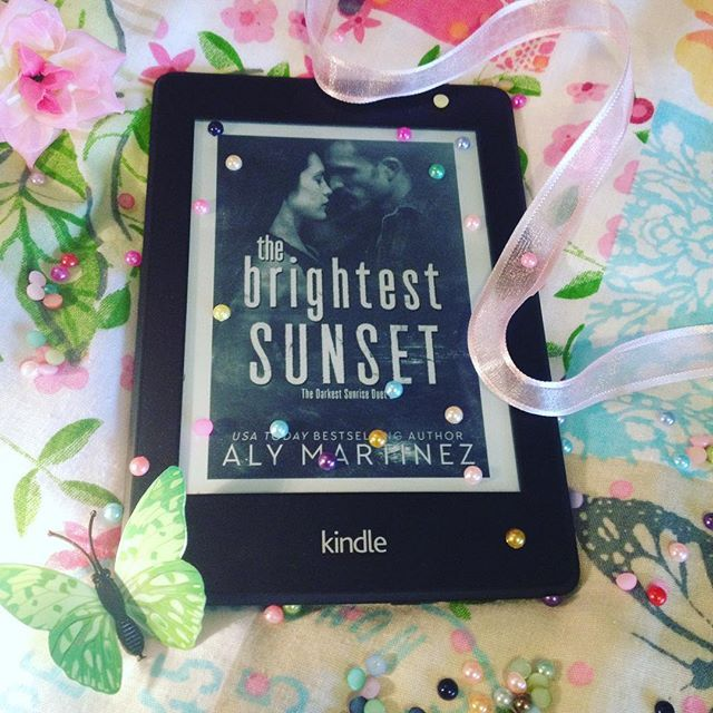 A heartfelt and realistic sequel to The Darkest Sunrise that beautifully sums up Porter and Charlotte's story 😊 Well worth reading this duet 😉 The Brightest Sunset by Aly Martinez 😍🔥🔥🔥 #thebrightestsunset #thedarkestsunriseduet #alymartinez #alymartinezbooks #thedarkestsunrise #bookstagram #bookstagrammer #bookworm #bookblogger #bookblog #bookphoto #bookphotography #booklover #bookaddict #bibliophile #bookish #booksofinstagram #igreads #instaread #reading #romance