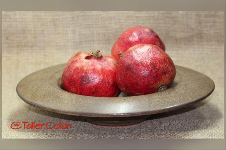Plato cerámica gres #stoneware #granada #pomegranate  www.facebook.com/tallercolor