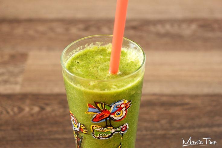 Zielony koktajl ze szpinakiem. Green cocktail with spinach.