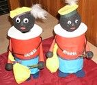 Zwarte Pietjes, met als lijf een plastic potje. Onder de kraag zit de deksel, deze open draaien en snoep of een cadeautje in het potje maakt het geheel compleet