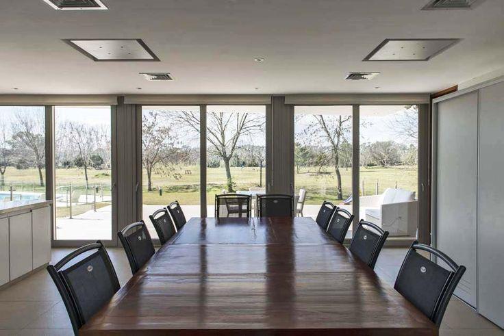 La Plata. Obra de los arquitectos, Luciana Buczek,  Martín Miranda  y José Ondarçuhu, esta vivienda se proyectó bajo las premisas de disfrutar del campo de golf y sus visuales, adaptarse a diferentes demandas de uso y sumarse al paisaje, proponiendo una cálida modernidad clásica.