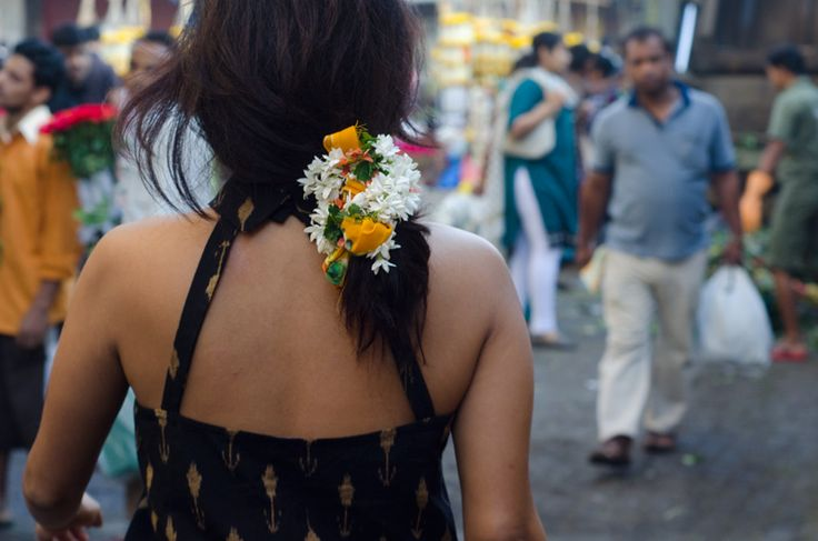 We're loving the gorgeous Jasmine (Chameli) flowers on her hair. A perfect accentuating accessory!
