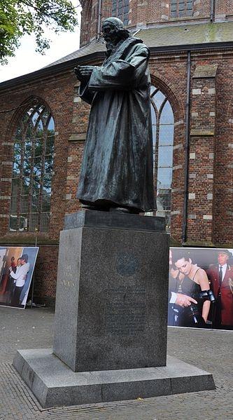 Standbeeld Jan Amos Comenius, Marktstraat, Vesting, Naarden.