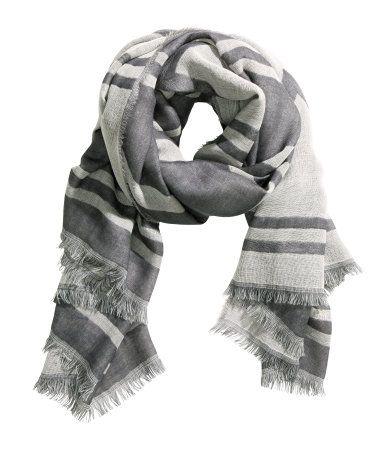 PREMIUM QUALITY. Jacquardvævet tørklæde i uld med frynser i de korte sider. Størrelse 130x160 cm.