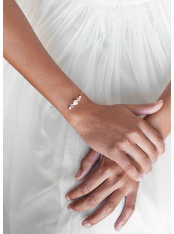 La simplicité d'un bracelet de mariée discret idéal pour une robe de mariée très travaillée.