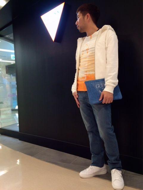 白とオレンジの組み合わせが春らしいカジュアルコーデ♪ デニムは新作のストレートデニムで普段用にもぴったりですね!!  パーカー¥9,900+TAX  Tシャツ¥3,900+TAX デニム¥16,900+TAX  BAG¥6,900+TAX