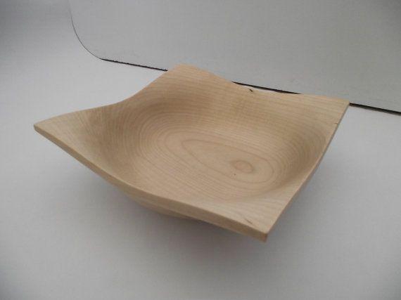 Ce bol a été réalisé à partir dun morceau dérable sycomore de base carré puis tourné au tour à bois, ce qui lui donne ce contraste entre courbe et droite et qui fait que lon peut observer différentes formes, selon doù on le regarde. Le bol est fini avec trois couches de cire puis poli affin de lui donner un peu de brillance et de faire ressortir laspect du bois et son beau veinage.  Dimension: Hauteur 6.5 cm ; carré de 19.5 cm  Finition: Cire de carnauba